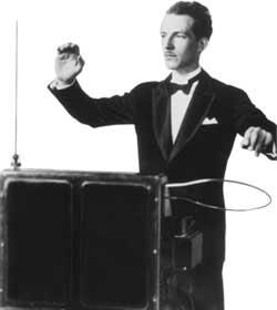 Lev Sergejevič Termen hrá na theremin.